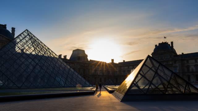 vidéos et rushes de hyperlapse through louvre museum courtyard at sunrise - touriste