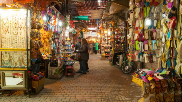 vídeos de stock e filmes b-roll de hyperlapse through marrakesh souq - sandália
