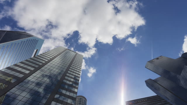 hyperlapse time lapse tracking shot in business district la defense paris - inquadratura dal basso video stock e b–roll