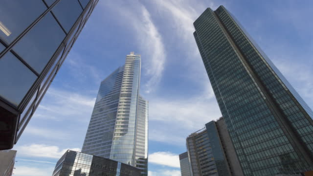 vidéos et rushes de hyperlapse time lapse tracking shot in business district - horizon urbain