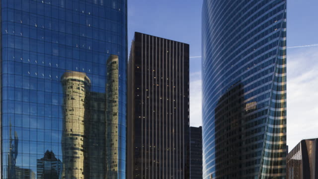 vidéos et rushes de hyperlapse time lapse tracking shot in office and business district la defense paris - gratte ciel