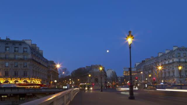 vidéos et rushes de hyperlapse time lapse tracking shot night to day of notre dame in paris - éclairage public