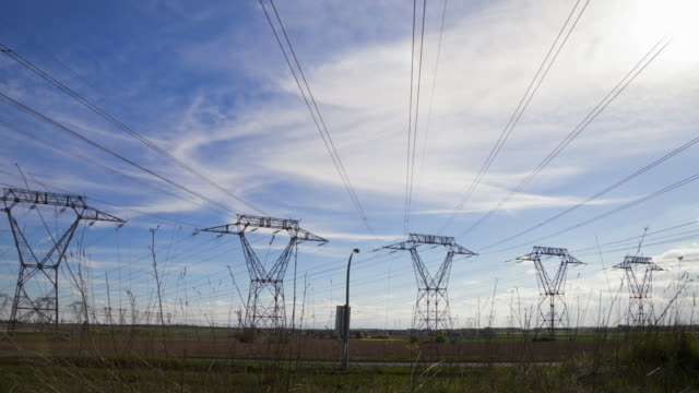 vídeos de stock e filmes b-roll de hyperlapse time lapse tracking shot of power lines and pylons - eléctrico