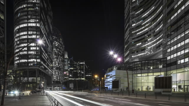 vídeos y material grabado en eventos de stock de hyperlapse / time lapse with light trails at night along office buildings in business / financial district paris la defense - progreso conceptos