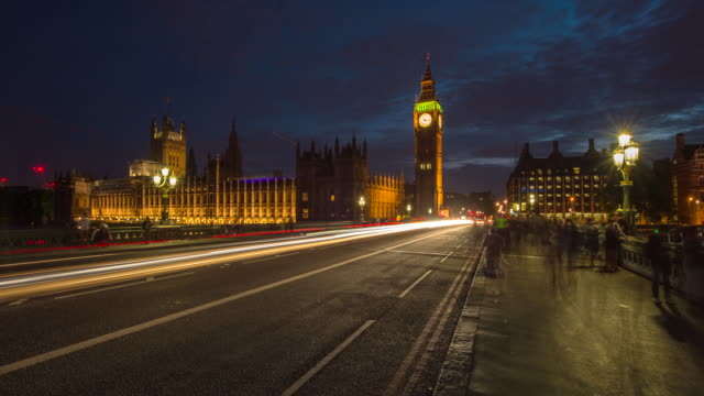 vidéos et rushes de hyperlapse timelapse of big ben and the houses of parliament at night in london, england, uk, europe. - time-lapse - londres