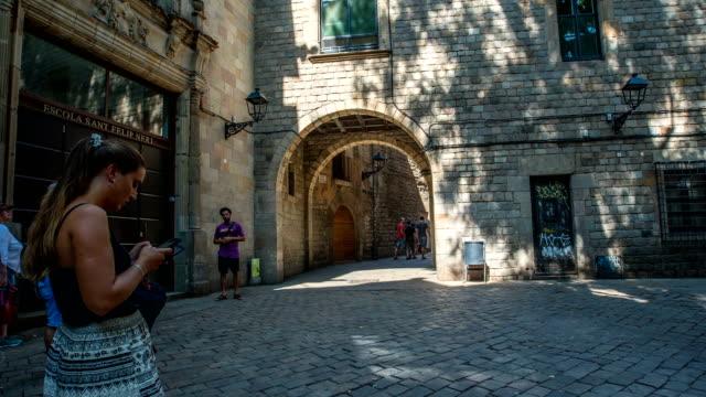 vídeos de stock e filmes b-roll de hyperlapse - timelapse of square in barcelona downtown - patio