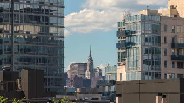 vídeos de stock e filmes b-roll de hyperlapse timelapse of the chrysler building and skyline, new york, new york, usa. - time-lapse - prédio chrysler