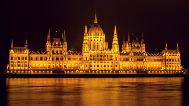 vídeos de stock, filmes e b-roll de hyperlapse timelapse of the hungarian parliament building at night in budapest, hungary, europe. - time-lapse - rio danúbio