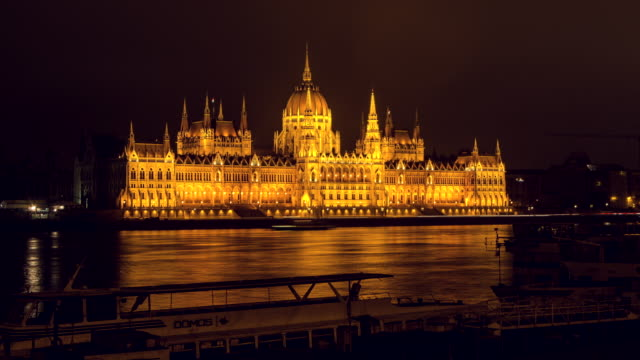 hyperlapse timelapse of the hungarian parliament building at night in budapest, hungary, europe. - time-lapse - ungarn stock-videos und b-roll-filmmaterial