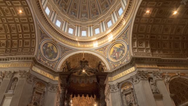 vídeos de stock e filmes b-roll de hyperlapse timelapse of the interior of st peters basilica church in vatican city, rome, italy, europe. - time-lapse - basílica de são pedro