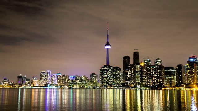 hd hyperlapse zeitraffer: skyline von toronto cityscapeat nacht, kanada - cn tower stock-videos und b-roll-filmmaterial