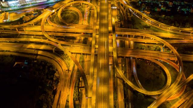 vídeos de stock, filmes e b-roll de hyperlapse top view rotatória de uma cidade à noite - light trail