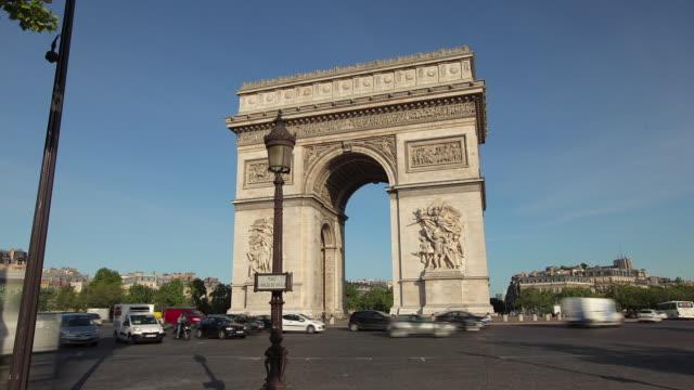 tl hyperlapse towards arc de triomphe - arc de triomphe paris stock videos & royalty-free footage