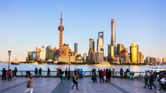 vidéos et rushes de hyperlapse tracking left along the bund with pudong skyline - chinese culture