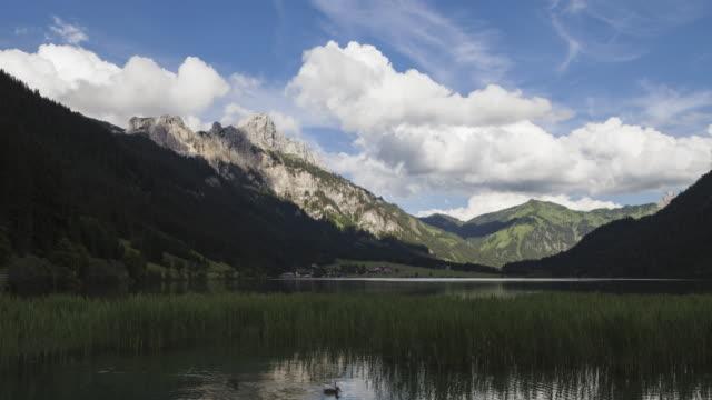 vídeos y material grabado en eventos de stock de hyperlapse - tracking shot along lake and mountains in tirol - tirol