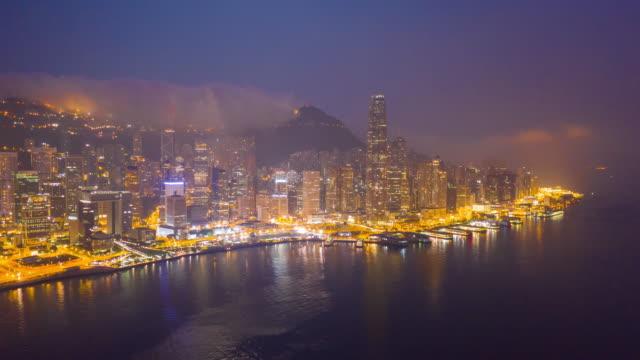 4k超延遲:城市中的暮光之城建築 - 空中觀摩摩天大樓,由香港城市的無人機飛行,包括發展建築、交通、能源基礎設施。亞洲金融和商務中心 - aircraft point of view 個影片檔及 b 捲影像