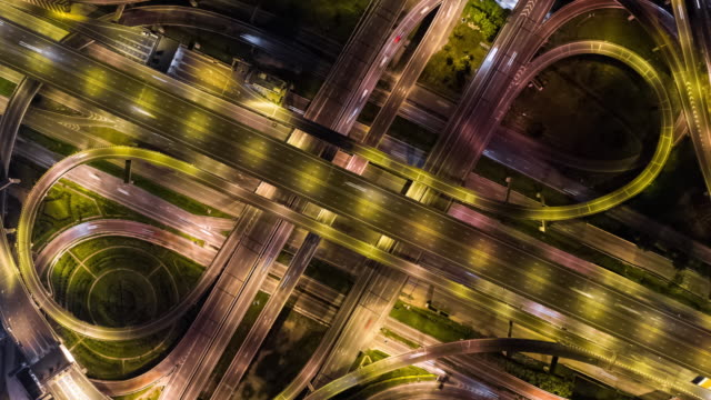 vidéos et rushes de hyperlapse avec zoom sur : trafic routier multiple - zoom arrière