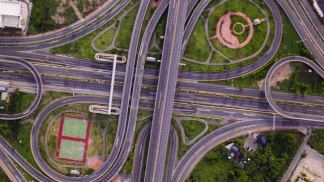 vidéos et rushes de zoom hyperlapse dans le cercle de route de complexité rotative avec vue supérieure - grands axes de circulation