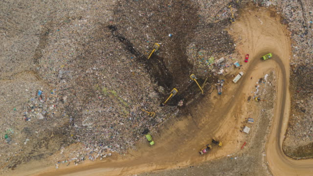 vídeos de stock e filmes b-roll de hyperlapse zoom out of large stack garbage dump in top view - sucata