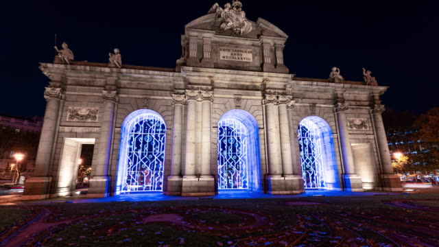vídeos y material grabado en eventos de stock de hyperlaspe of christmas light in puerta de alcala in madrid - monumento