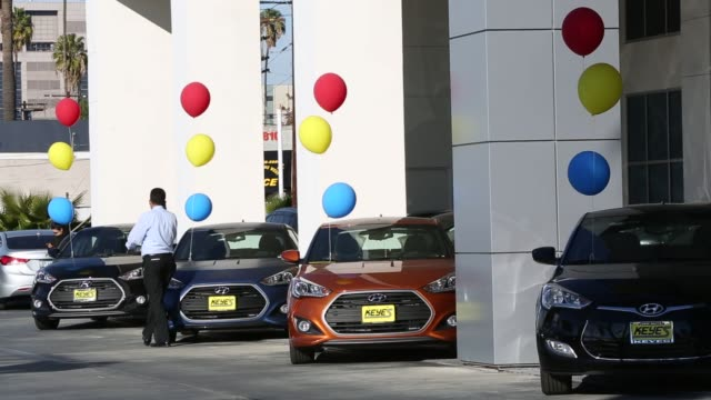vídeos de stock e filmes b-roll de hyundai motor co vehicles sit on display for sale on the lot of the keyes hyundai dealership in the van nuys neighborhood of los angeles california... - stand de carros