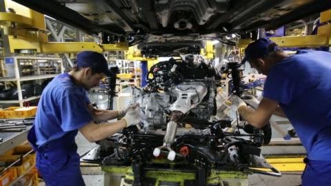 vídeos y material grabado en eventos de stock de hyundai motor corp. and kia motor corp. automobiles on the production line at the avtotor auto assembly plant ahead of distribution in kaliningrad,... - motor eléctrico