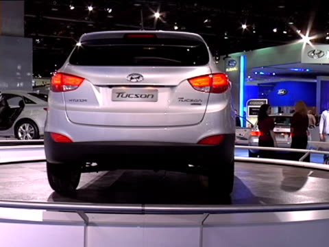 ws hyundai tuscon revolving on turntablefootage is 43 anamorphic it will play back at 853x480 2010 hyundai tuscon at cobo hall on january 18 2010 in... - anamorphic stock-videos und b-roll-filmmaterial