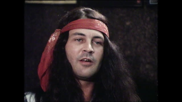 vídeos de stock e filmes b-roll de ian gillan interview with donnie sutherland re australian tour circa 1970 encounter with red back spider and learning to throw a boomerang - bumerangue