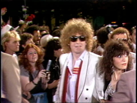 vidéos et rushes de ian hunter entering the arriving to the first mtv video music awards in 1984. - tapis rouge