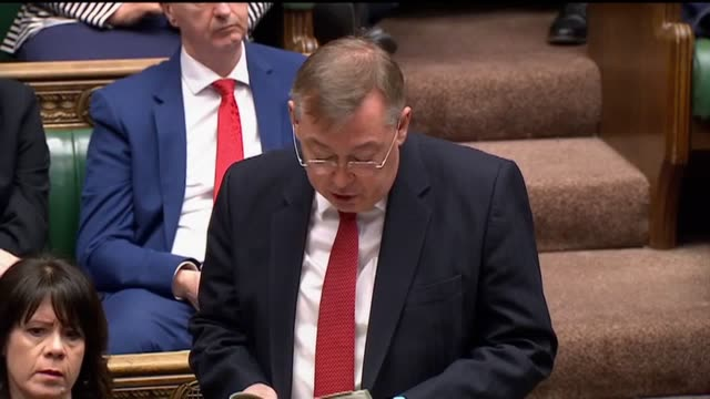ian mearns, the mp for gateshead, questions boris johnson during pmqs on the life expectancy 'inequality' between the north and south of the country. - domande al primo ministro video stock e b–roll
