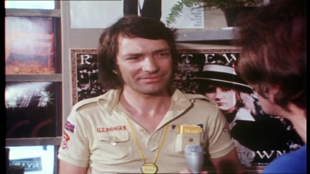ian molly meldrum interviews the manager of indiana records werner re how abba records are selling other best sellers ac/dc success in sweden/ vs... - 1976 bildbanksvideor och videomaterial från bakom kulisserna