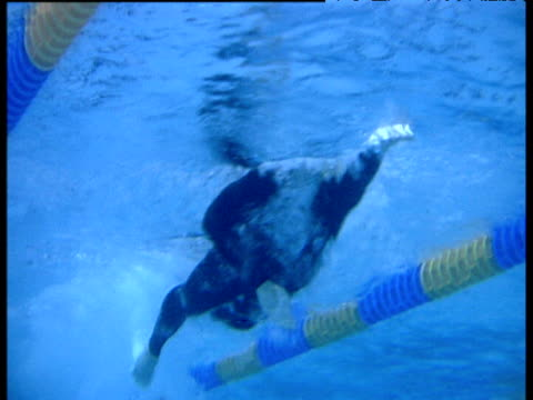 stockvideo's en b-roll-footage met ian thorpe swims underwater 2002 manchester commwealth games - zwembril