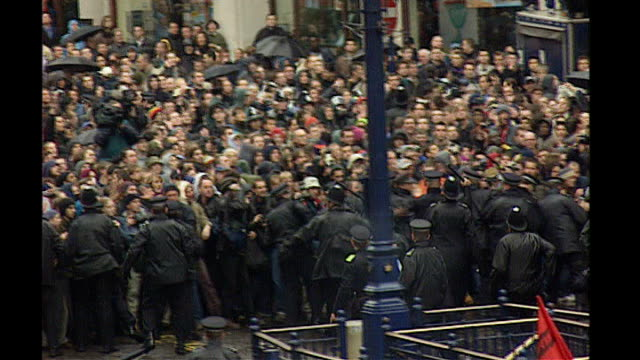 vídeos de stock, filmes e b-roll de new video footage shows police using baton may 2001 oxford circus ext various of lxine of police marshalling crowd of may day demonstrators into one... - 1 de maio