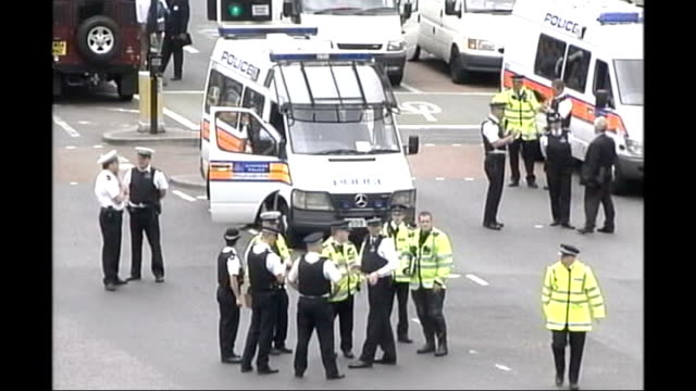 new video footage shows police using baton tx south london stockwell police officers in road outside underground station following de menezes shooting - ストックウェル点の映像素材/bロール