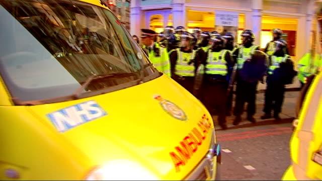 vídeos y material grabado en eventos de stock de pathologist had made previous mistakes; 1.4.09 city of london: dusk ambulance leaving scene of g20 protests long shot of police and ambulance in... - patólogo