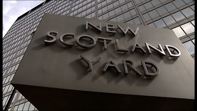 police apologise and pay compensation to family date revolving 'new scotland yard' sign - ニュースコットランドヤード点の映像素材/bロール