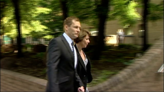 simon harwood manslaughter trial court arrival england london southwark crown court simon harwood arriving at court with his wife helen/ /julia... - サウスワーク刑事法院点の映像素材/bロール