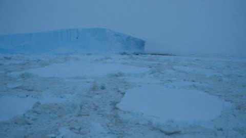 vidéos et rushes de ws ice and iceberg in bad weather, antarctica - pôle sud