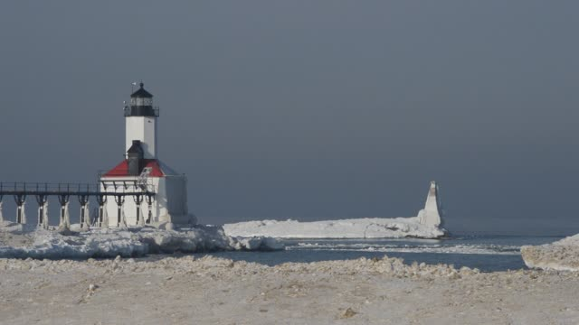 ice and lighthouse on lake michigan - frozen water stock videos & royalty-free footage