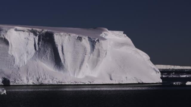 ice bergs in antarctica - 南極点点の映像素材/bロール