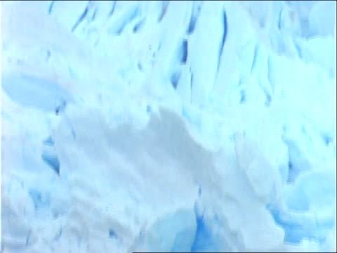 vídeos de stock e filmes b-roll de ice chunks lie where they have fallen off a glacier. - forma de água