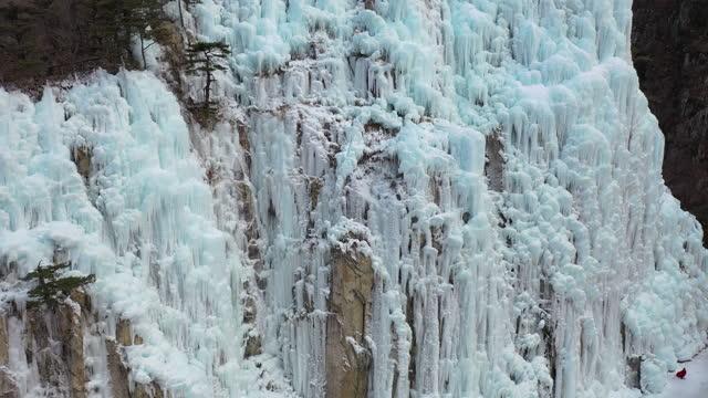 vídeos de stock, filmes e b-roll de ice cliff in eoreumgol valley / cheongsong-gun, gyeongsangbuk-do, south korea - paredão rochoso