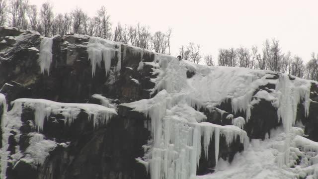 vídeos de stock e filmes b-roll de ws ls ice climber getting on top of mountain, eidfjord, hordaland, norway - só homens maduros