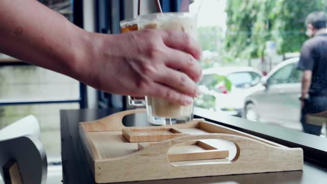 アイス コーヒーとチョコレート - コーヒーショップ点の映像素材/bロール