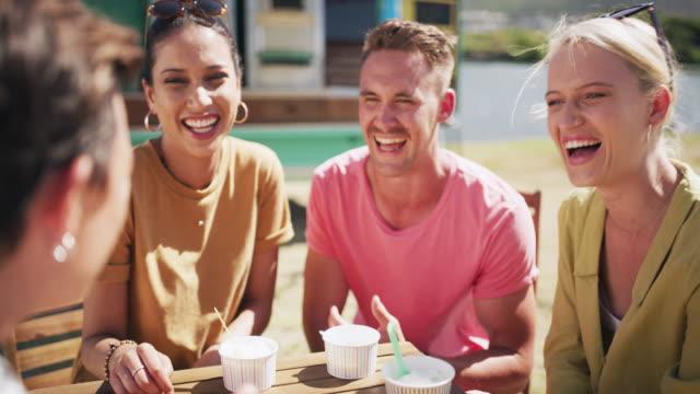 vidéos et rushes de crème glacée et conversations joyeuses - allée couverte de planches