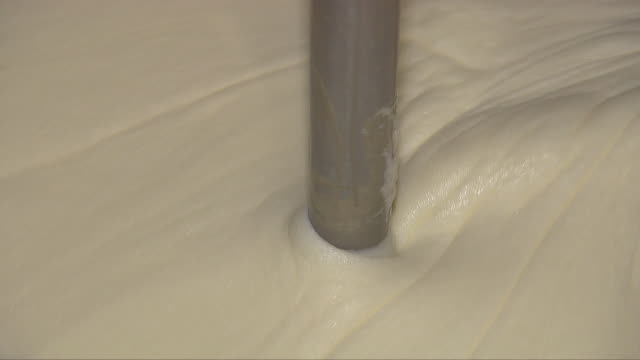 ice cream being produced at a manufacturing factory - rühren stock-videos und b-roll-filmmaterial