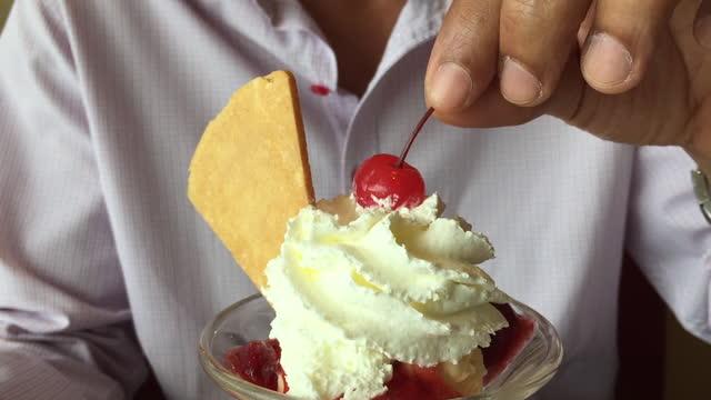 glass med färsk körsbär på toppen - kopp bildbanksvideor och videomaterial från bakom kulisserna