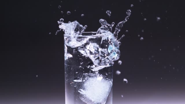 vidéos et rushes de ice cube falling in water glass / south korea - verre translucide