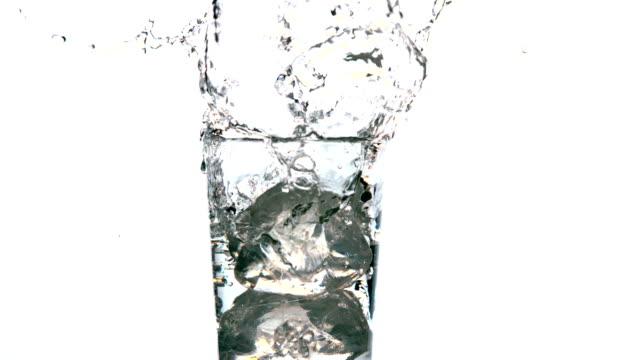 eiswürfel fallen in glas wasser - glas stock-videos und b-roll-filmmaterial