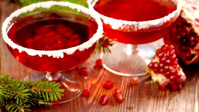 cubetti di ghiaccio cadono in un bicchiere di succo di melograno - antiossidante video stock e b–roll